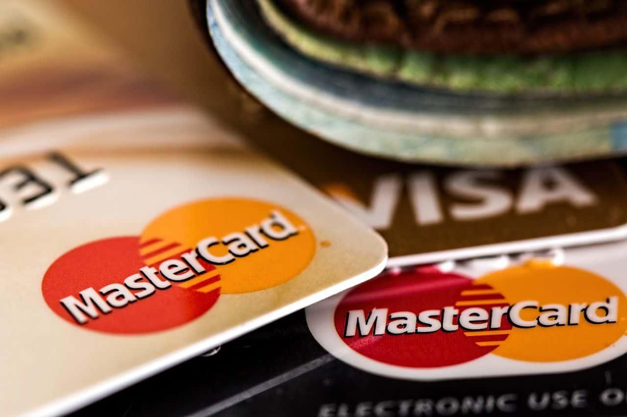 Czym się różni karta debetowa od karty kredytowej?
