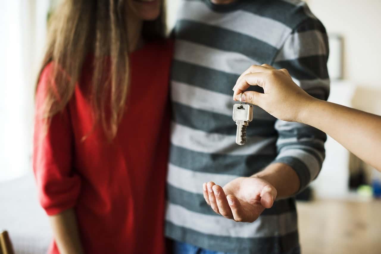 Sprzedaż domu/mieszkania z agencją nieruchomości — czy warto?
